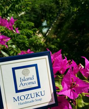 アイランドソープ MOZUKU石鹸と花.png
