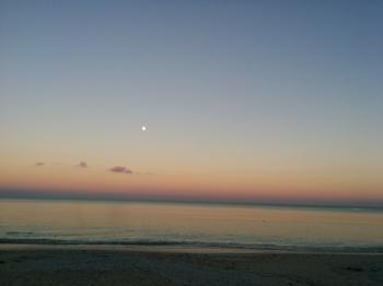 百名ビーチ 夕暮れ 遠くに小さく月.png